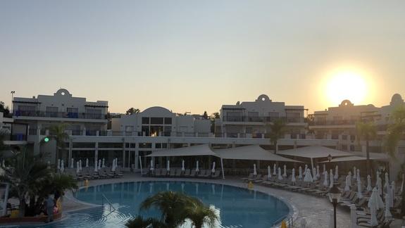 widok na główny basen, otoczony 4 mieszkaniowymi domkami, odległość ok 250 m od morza.