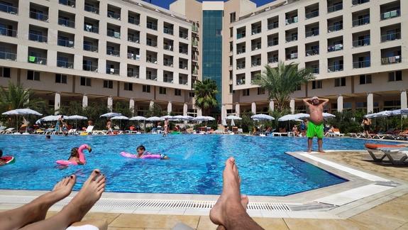 basen z widokiem na hotel