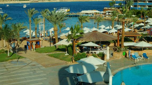 Widok na plażę hotelową i zatoczkę morza czerwonego