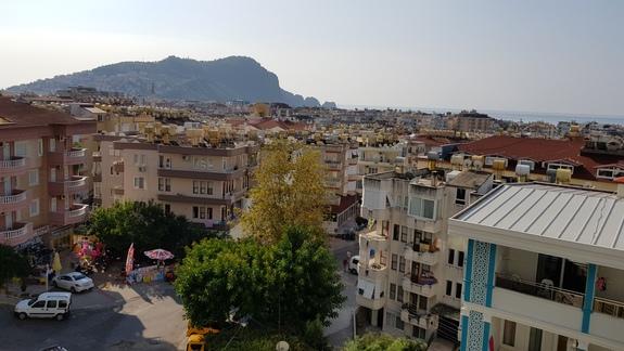 Widok z balkonu na miasto i morze
