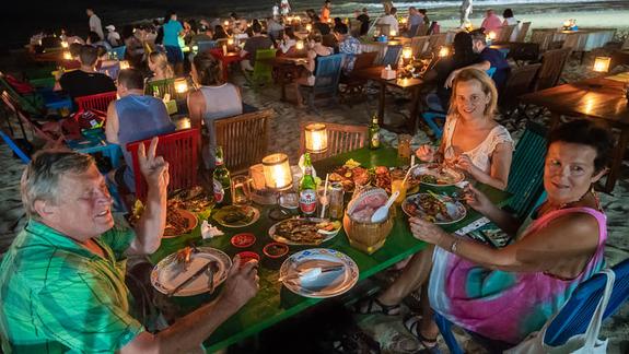 Restauracja na plaży najlepsza.Zmniejsza powierzchnie przy przypływie