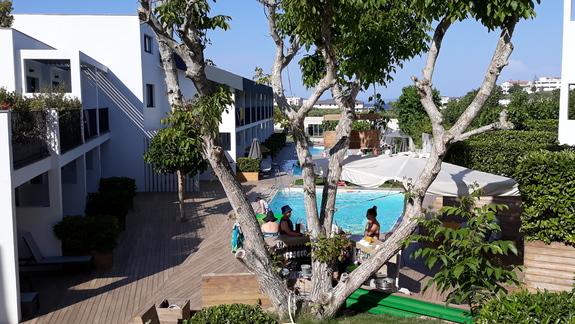 teren hotelu i widok na maly basen