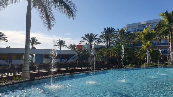 fontanna w ogrodzie przed hotelem