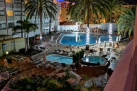 Hotel Bronze Playa - Basen hotelowy noca
