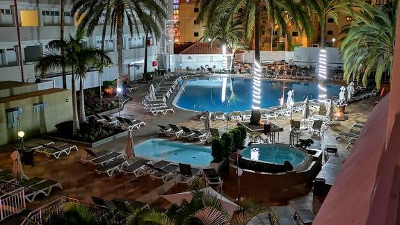 Basen hotelowy noca