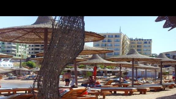 A to widok z plazy na hotel...