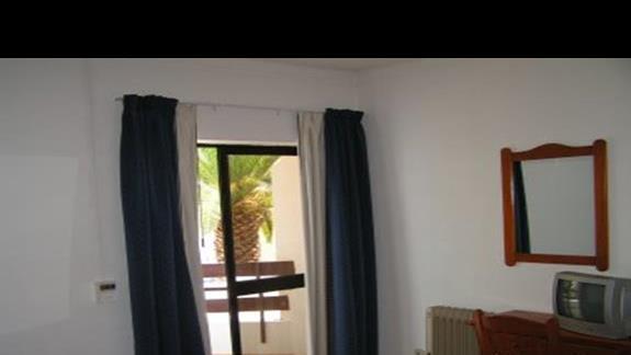 pokój wyjście na balkon