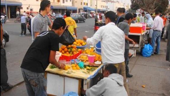 Miejscowy saturator z sokiem pomaranczowym