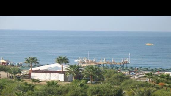 widok z naszego balkonu na morze i prywatną plaze hotelu