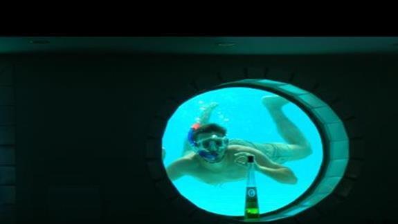 bar pod basenem