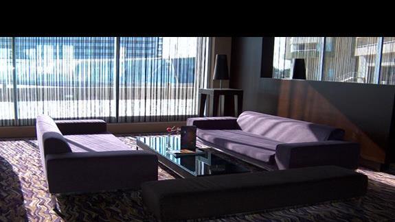Bar w hotelu - fioletowe kanapy