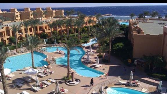 Widok z restauracji na basen i plażę :)