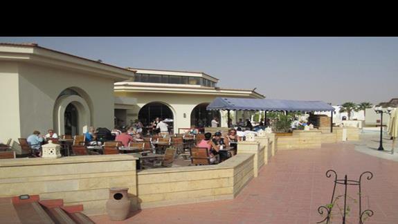 widok na restauracje cześc na dworze