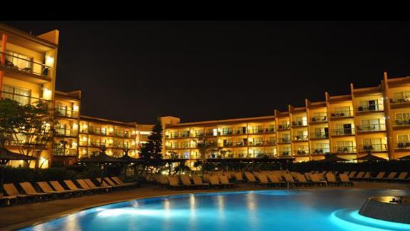 nocą przy basenie