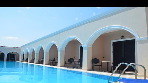 pokoje przy basenie