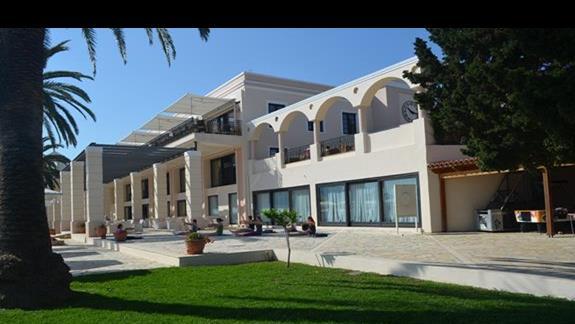 główny budynek (spa, recepcja, stołówka, bar, sklepy itp.)