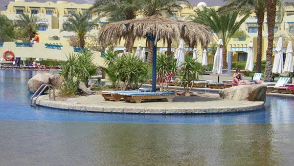 Wysepka na srodku basenu