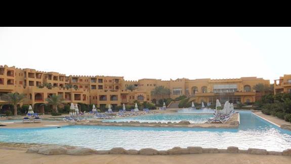 widok części basenów i budynku glównego