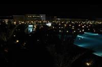 Hotel Jaz Aquamarine - Nocny widok z balkonu na oswietlone lobby i restauracje glówna
