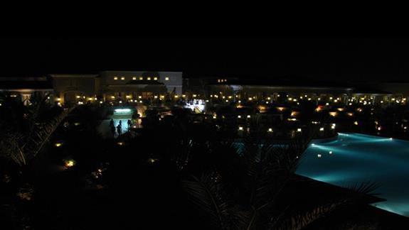 Nocny widok z balkonu na oswietlone lobby i restauracje glówna