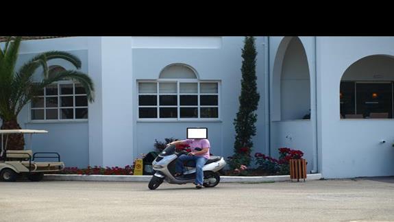 wypożyczony skuter można było zostawić bezpiecznie przed wejściem do hotelu na noc