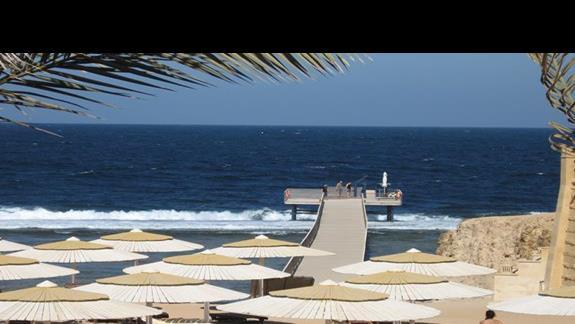 Widok z tarasu restauracji hotelowej na plaze