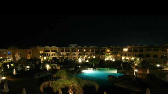 jeden z wielu basenow noca...