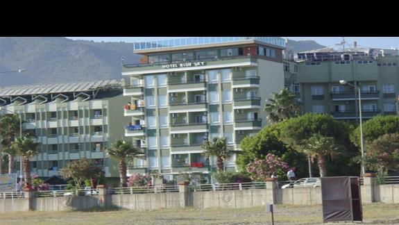 widok z plaży na hotel