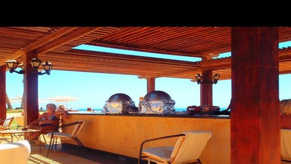 przekąski na barze przy plaży bułki i rogale smacznego