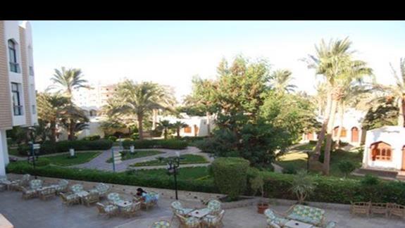 widok z hotelu (budynek glówny) od strony ogrodu, basenu i lobby baru.