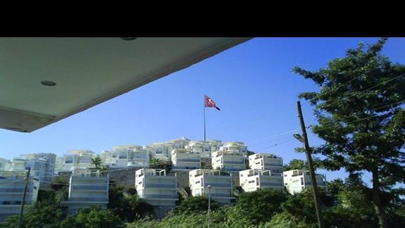 Widok z wejścia do hotelu na wzgórze naprzeciwko
