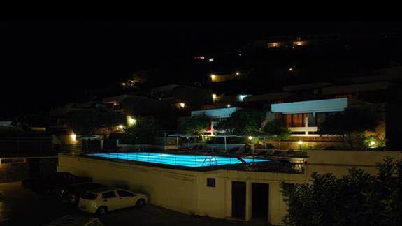 Widok na basen wieczorkiem.