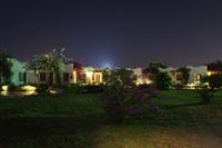 Hotel Rixos Premium Magawish - domki wieczorem