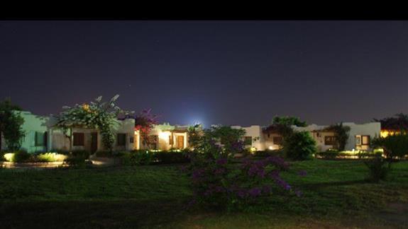 domki wieczorem