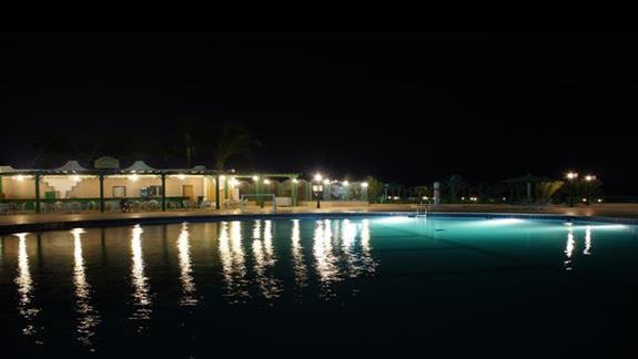 mniejszy basen i restauracja główna