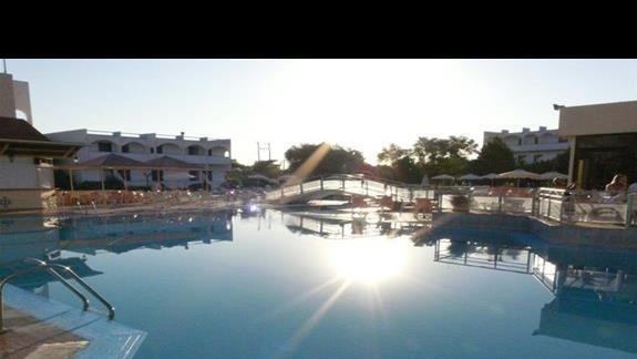 Hotelowy basen o poranku