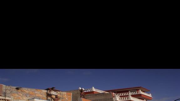 widok na ściane muzeum obok hotelu