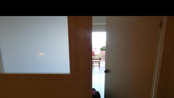 drzwi w pokoju rodzinnym