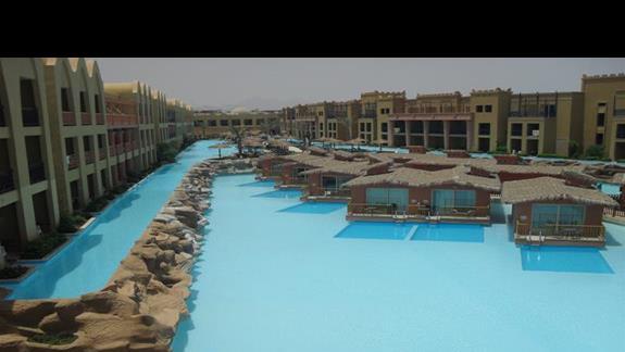 boczny basen i bungalowy