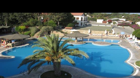 jeden z hotelowych basenów, przy budynku glównym