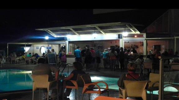 EVI - bar przy basenie wieczorową porą