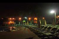Hotel Holiday Garden - noca przy basenie