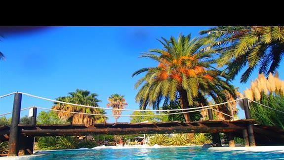 mostek nad basenem hotelowym