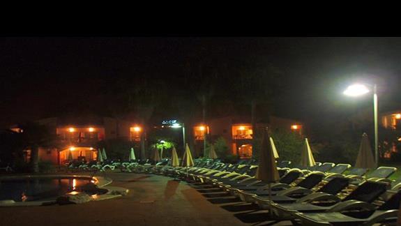 noca przy basenie