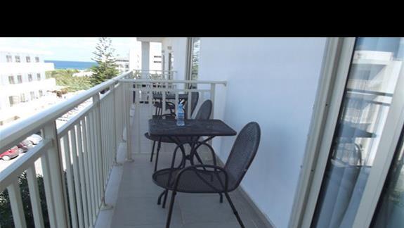 na każdym balkonie stolik i dwa krzesła.