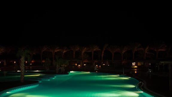 Jeden z 3 basenów noca