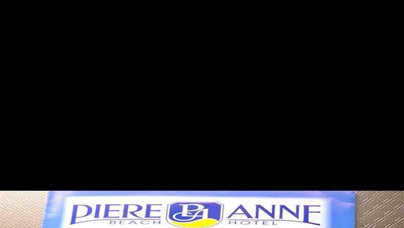 Ulotka z logiem hotelu i widokiem na budynek glówny ujecie z morza