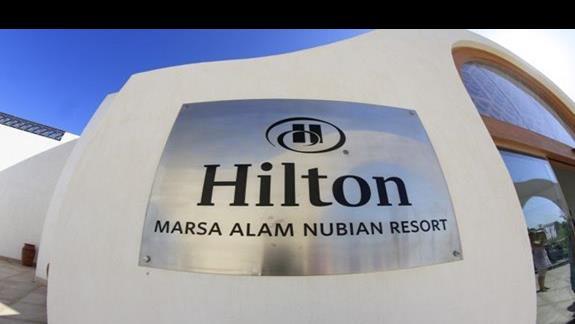 Napis pelny profesjonalizm  w hotelu Hilton Marsa Alam Nubian Resort