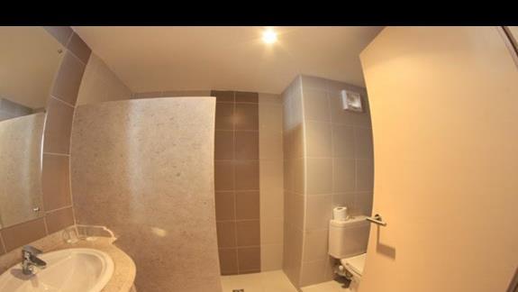 Łazienka w pokoju standardowym w hotelu Royal Brayka Resort