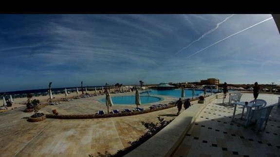 Widok z tarasu w hotelu Concorde Moreen Beach Spa & Resort